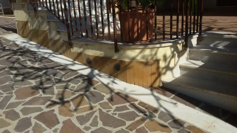 Come pulire i pavimenti esterni ruvidi